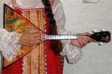 Балалайка музыкальный инструмент родственник гитары, лютни и мандолины
