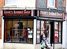 Почему у дверей парикмахерских стоит красно-белый знак?