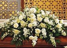 Какой купить венок на похороны. Что символизируют цветы на кладбище.