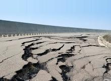 Землетрясение изучает сейсмолог. Они пытаются дать прогнозы землетрясений.