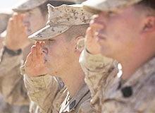 Почему солдаты отдают честь?