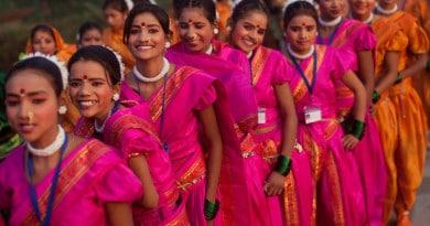 Почему индийские девушки носят сари