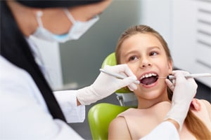 Современный кабинет стоматологической клиники оборудован стоматологической установкой, апекслокатором, компрессором, наконечниками, скелером, эндомотором.