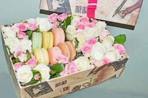 Оригинальный подарок букет цветов в коробке с макарунами.